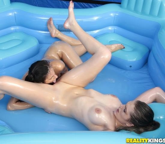 WeLiveTogether/RealityKings - Alexis Deen, Amber Gray - Slippery Swimsuits (HD/1.05 GiB)