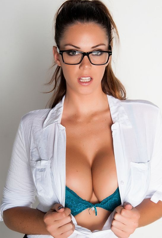 Puba - Alison Tyler - Busty Alison Tyler meets her Catfish then fucks his roomate (HD/720p/729 MB)
