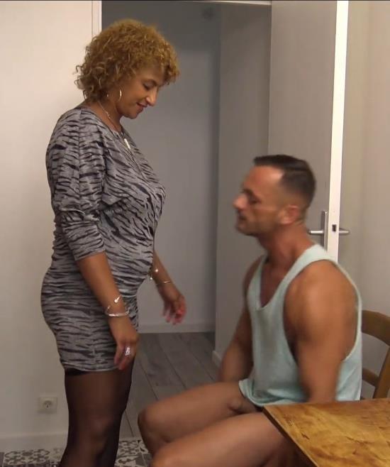 JacquieEtMichelTV/Indecentes-Voisines - Sonia - Sonia, 37ans, chaude comme la braise (FullHD/1080p/1.09 GB)