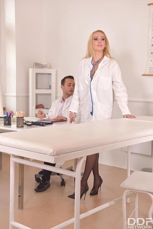HandsOnHardcore/DDFNetwork - Amber Jayne - Hot Nurse Needs Doc Dick (HD/720p/1.09 GB)
