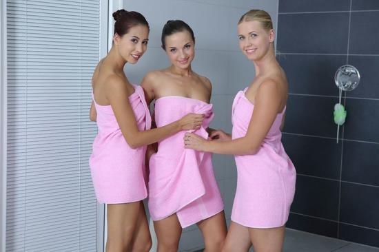 RealJamVR - Kristy Black, Paula Shy, Violette Pure - Shower Girls (UltraHD 2K/1920p/4.97 GB)