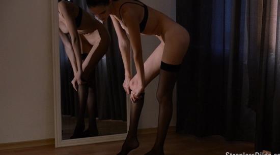 StraplessDildo - Mia, Jane - Stockings are a girls best friend (HD/720p/1.09 GB)