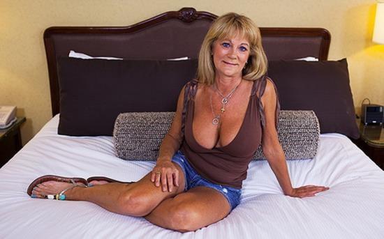 MomPov - Sandra - Hot busty cougar exhibitionist (HD/720p/2.71 GB)