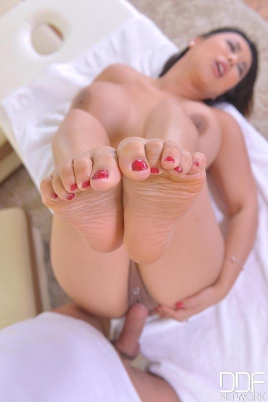 HotLegsAndFeet/DDFNetwork - Tigerr Benson - Toe Sucking Massage (FullHD/1080p/1.24 GB)