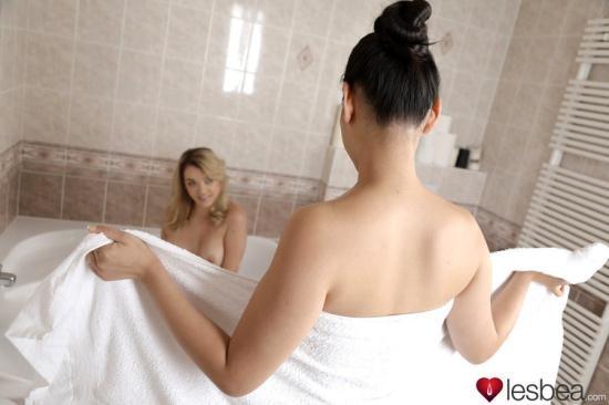 Lesbea.com/SexyHub.com - Anny Aurora, Katana - Asian and Blonde Girls Share a Bath (FullHD/1080p/1.11 GB)