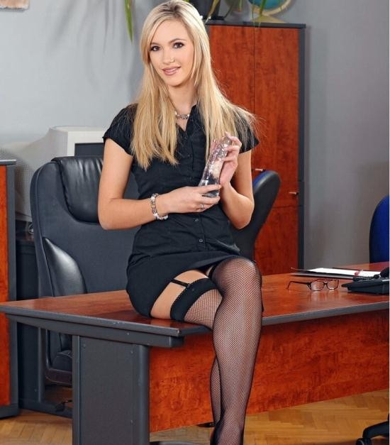 1By-Day.com/DDFNetwork.com - Sophia Knight - Glass Dildo In Shaved Pussy! (HD/720p/833 MB)