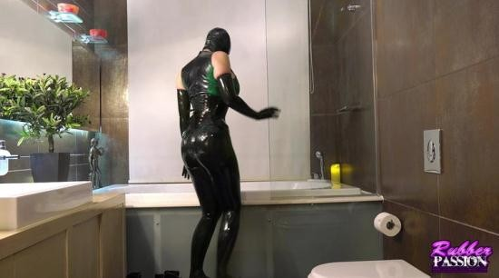 Rubber-Passion - Latex Lucy - Blissful Bubble Bath Pt1 (HD/720p/419 MB)