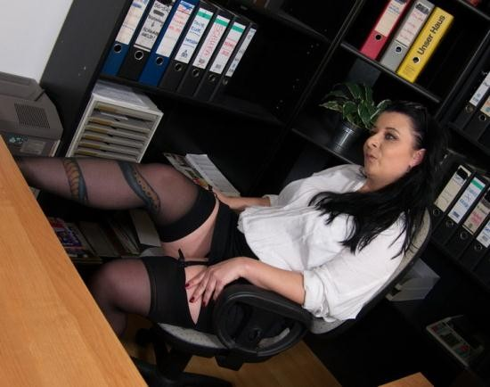 Mature.nl/Mature.eu - Bonny Devil - Naughty mature Bonny Devil loves getting fucked hard at the office by her younger lover (FullHD/1080p/1.85 GB)