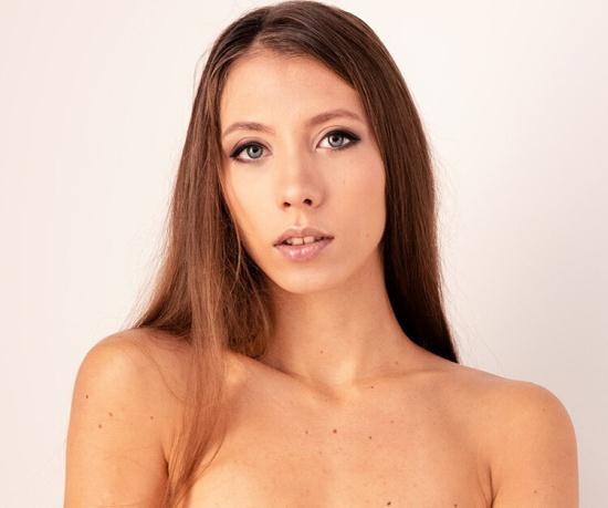 VirtualRealPorn - Stefanie Moon - Sweet ass (UltraHD/4K/2160p/6.72 GB)