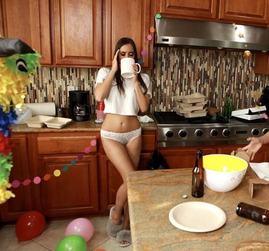 WeLiveTogether/RealityKings - Ariella Ferrera, Desiree Dulce - Post-Party Cleanup (HD/720p/832 MB)