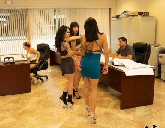 FuckTeamFive/BangBros - Rose Monroe, Holly Hendrix, Mia Martinez, Kitty Carrera - Huge Office Orgy (HD/720p/1.47 GB)