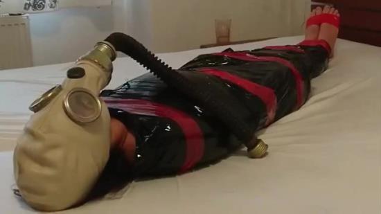 FetishLAngels - Fetish - BDSM Slave Girl plastic mummification with gasmask Breathplay (HD/720p/48.4 MB)