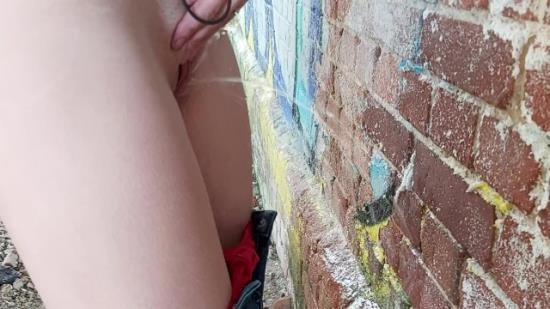 Pissplaygirl - Pissplaygirl - Teen almost Caught Pissing outside! (FullHD/1080p/82.9 MB)