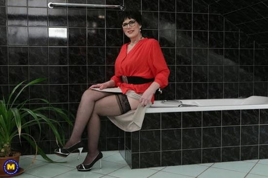 Mature.nl - Ryanne (62) - This toy boy is getting caught showering by a naughty cougar (FullHD/1080p/1.83 GB)