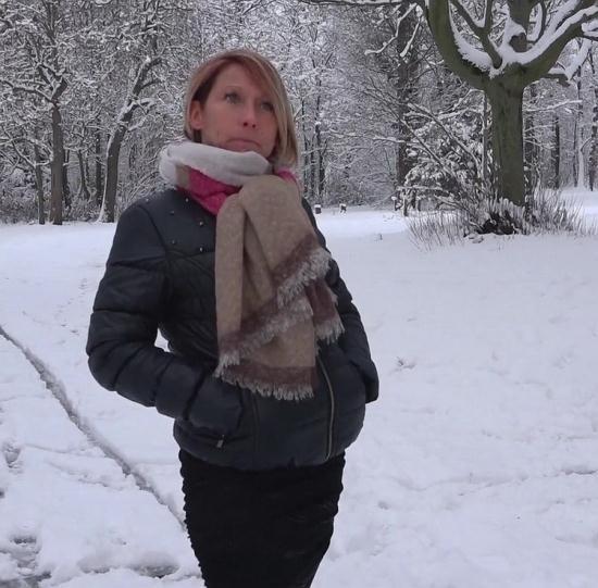 JacquieEtMichelTV/Indecentes-Voisines - Laura - Laura, 41ans, deux lascars dans la neige (FullHD/1080p/1.12 GB)