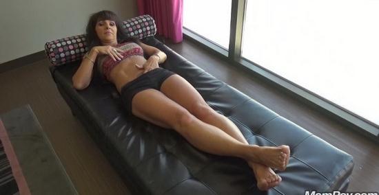 Mompov - Laila - Sexy Brunette Cougar Bonus (HD/720p/1.73 GB)