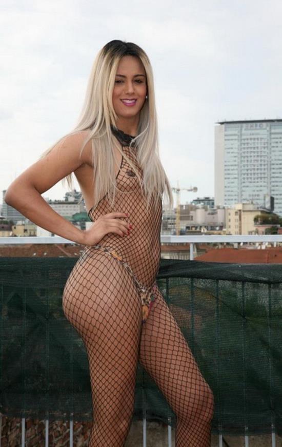 TransBella - Carolina Doll - Tranny gets lucky in a threesome (FullHD/1080p/1.41 GB)