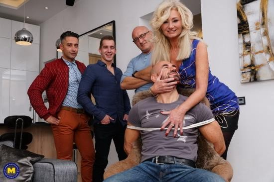 Mature.nl/Mature.eu - Ellen B. (49) - Sexy hairy housewife gets fucked in both holes by three guys and all her boyfriend can do is watch (FullHD/1080p/3.11 GB)