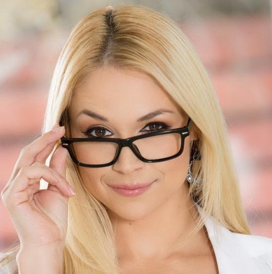 BigTitsAtWork/Brazzers - Sarah Vandella - Her First Big Sale (HD/720p/2.24 GB)