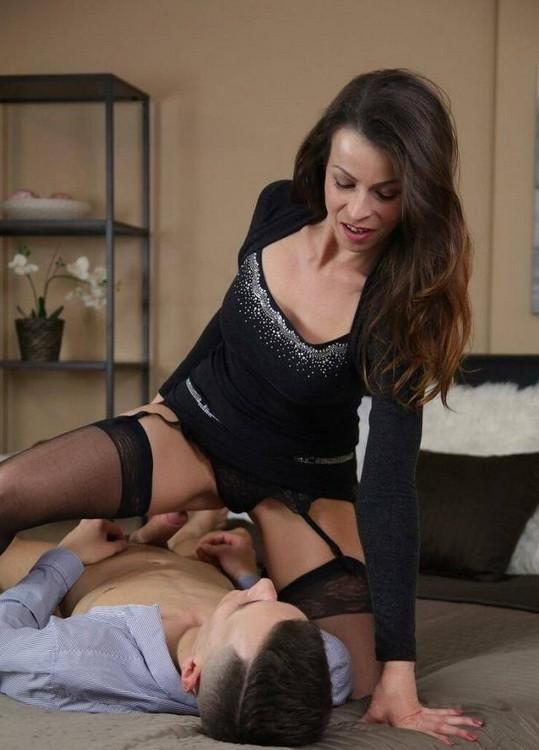 MomXXX/SexyHub - Caroline Ardolino - Creampie MILF brunette in stockings (FullHD/1080p/1.13 GB)