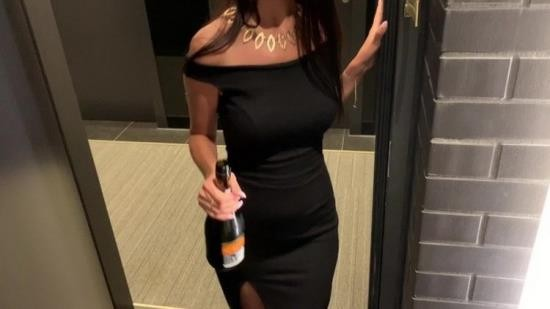 OnlyFans - Horny69rabbits - Chic gorgeous girl came to visit her neighbor with champagne in the hotel (FullHD/1080p/1.12 GB)
