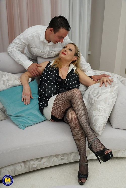 Mature.nl/Mature.eu - Valentina - Italian curvy housewife Valentina doing her toyboy (FullHD/1080p/1.63 GB)