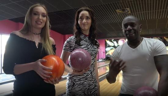 JacquieEtMichelTV.net - Gwendoline Liza - Au bowling (FullHD/1080p/1.14 GB)