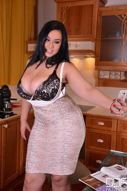 DDFBusty/DDFNetwork - Anastasia Lux - Voluptuous Kitchen Fantasies - Horny Babe Stuffs Her Pussy (FullHD/1080p/1.77 GB)