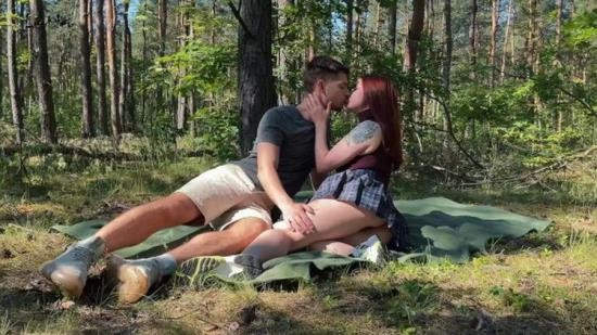 Onlyfans - Leo Kleo - Public amateur couple sex on a picnic in the park (FullHD/1080p/1.01 GB)