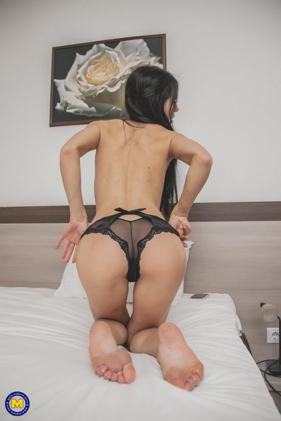 Mature.nl/Mature.eu - Allatra Hot (31) - Cockhungry mom Allatra Hot loves hard anal sex (FullHD/1080p/2.56 GB)