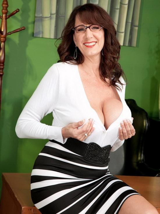 ScoreHD/PornMegaLoad/Scoreland - Cassie Cougar - Fucking the big titted MILF who`s wearing glasses (FullHD/1080p/1.31 GB)