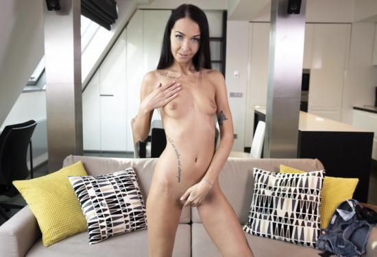 VRSexperts - Sissi P - Masturbation On The Couch (UltraHD/4K/3072p/3.29 GB)