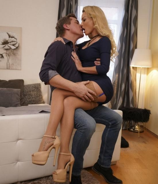 MomXXX/SexyHub - Isabella Deltore - Passionate pleasure for blonde MILF (HD/720p/603 MB)