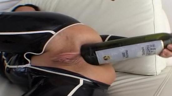 Latexangel - LatexAngel AKA Angelina - Latex noir et blanc Bouteille de vin dans le cul (HD/720p/71.3 MB)