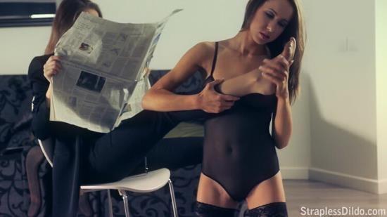 StraplessDildo - Jane and Raven - Jane gets into ravens pants like a pro (HD/720p/665 MB)
