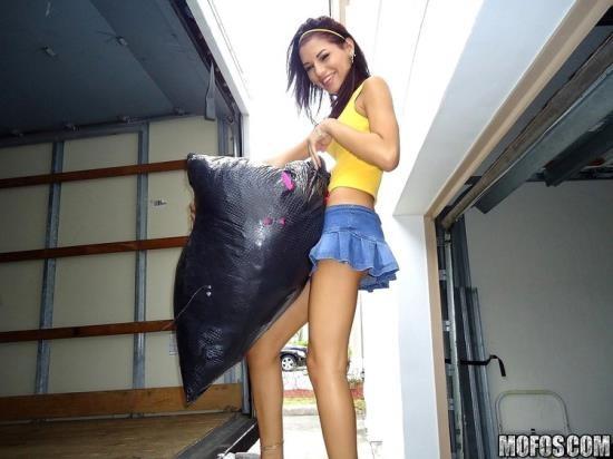 IKnowThatGirl/Mofos - Cassie Cruz - Moving is HARD! (HD/720p/932 MB)