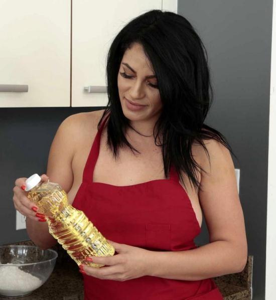 MomsBangTeens/RealityKings - Jaye Summers, Cristal Caraballo - Cooking With Cristal (HD/720p/591 MB)