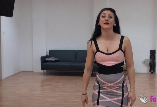 Fakings - Betty Foxxx - Soy Betty, la pornosecretaria de FAKings (HD/720p/492 MB)