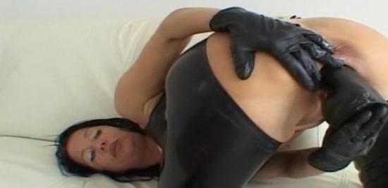 Latexangel - LatexAngel AKA Angelina - FK Latex et gants noirs Gros gode vaginal (HD/720p/140 MB)