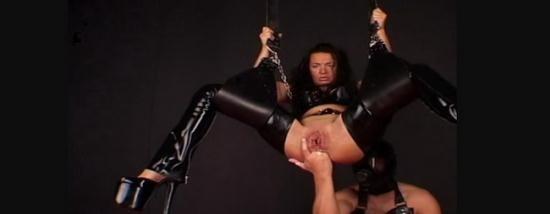 Latexangel - LatexAngel AKA Angelina - Latex noir Suspendue fist anal (HD/720p/115 MB)