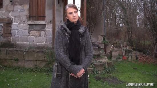 JacquieEtMichelTV.net/Indecentes-Voisines - Christina - Christina, 38ans, deux lascars a son chevet ! (HD/720p/834 MB)